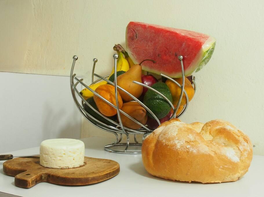 Incluye desayuno - Fruta, pan, queso, yogurth, café o té, huevos.