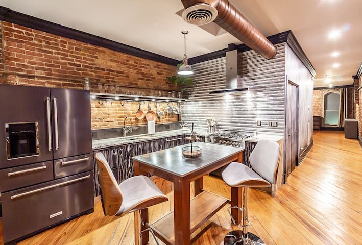 The Parlour - Luxury 2 bed 2 bath off Maiden Alley