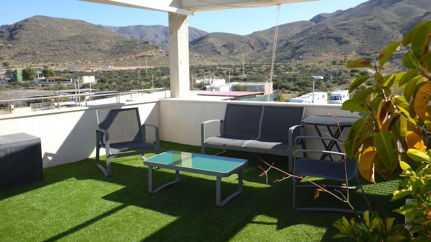 Sofá y sillones para aperitivo al Sol o a la sobra del gran toldo.