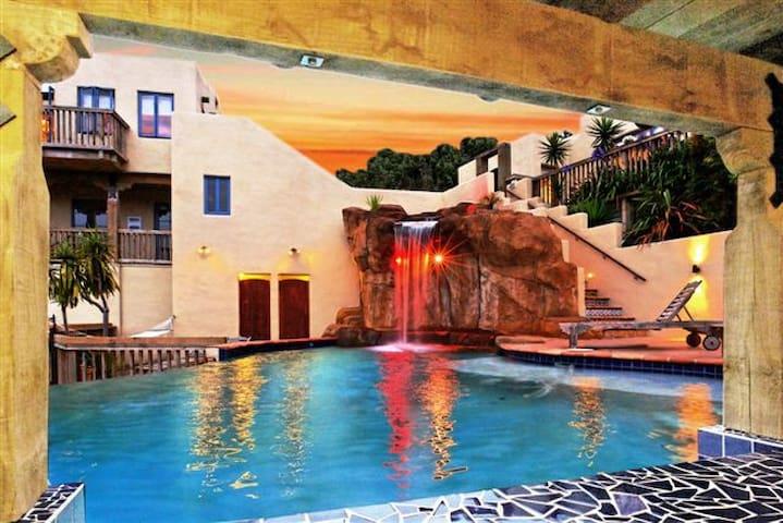 Laingholm Luxury Retreat w Pool, Spa, Sauna & Gym
