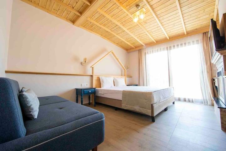Queen Room W/Balcony 4