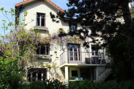 VERY PLEASANT HOUSE WITH A GARDEN - Marnes-la-Coquette - Hus