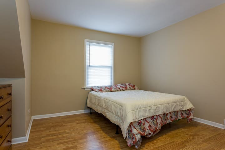 Cozy 3 bedroom with parking - Calumet Park - Leilighet