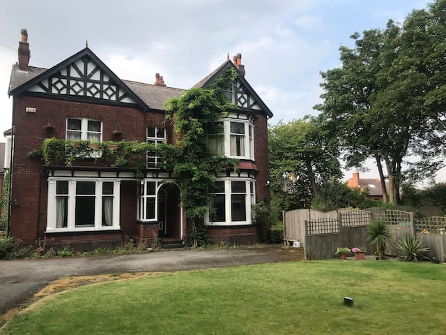 Barnsley home close to Oakwell & Town Centre.