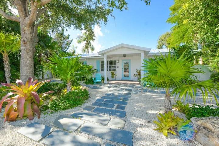 Renovated Home w/ Heated Pool,Close to Beach/Shops