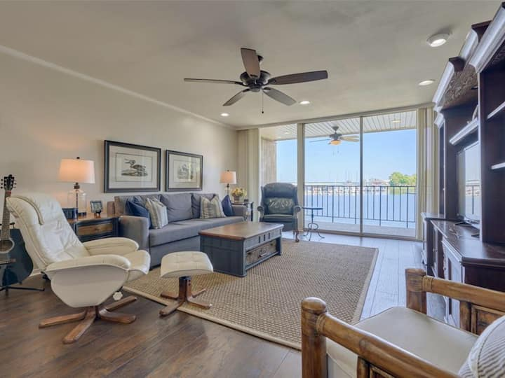 Relax in this COZY- Lake Front Condo