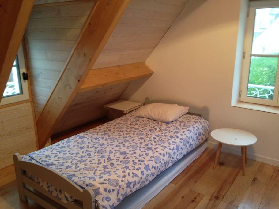 un lit d'appoint dans chambre parent