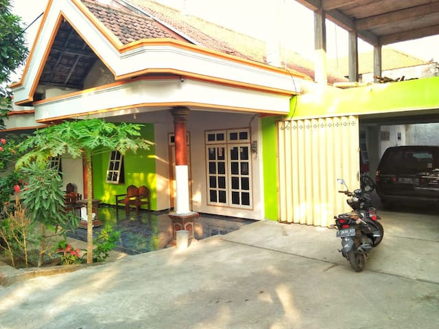 Mojokerto House with Local Culture Experience