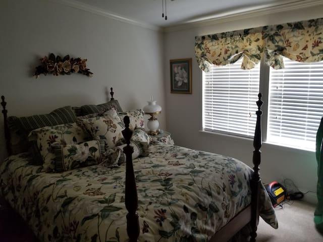 2nd bedroom. Queen size bed.