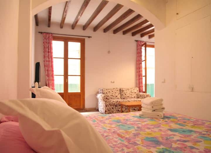 Spacious Mallorcan-style apartment with balcony