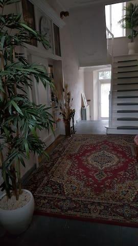 Parterre, gang met trappenhuis die naar de eerste verdieping gaat naar groot appartement 60m2 en verder naar 2de verdieping studio 35m2.