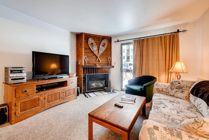 Lovely condo w/ shared hot tubs, pool, clubhouse, sauna, & winter shuttle!