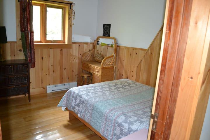 Chambre lit double à la mezzanine, confortable.
