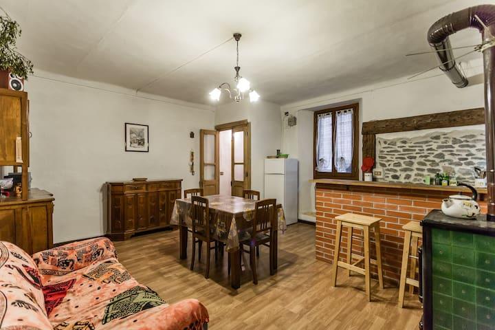 Caratteristica casa in paese alpino