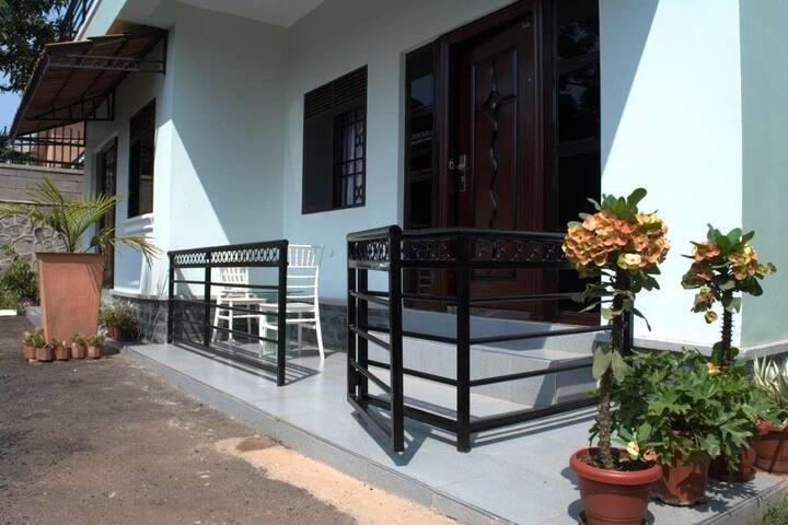 New, upscale, Ugandan retreat with Full kitchen. Amazing location + full kitchen + Wifi