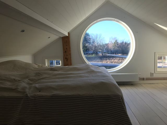 Sovrummet med det runda fönstret