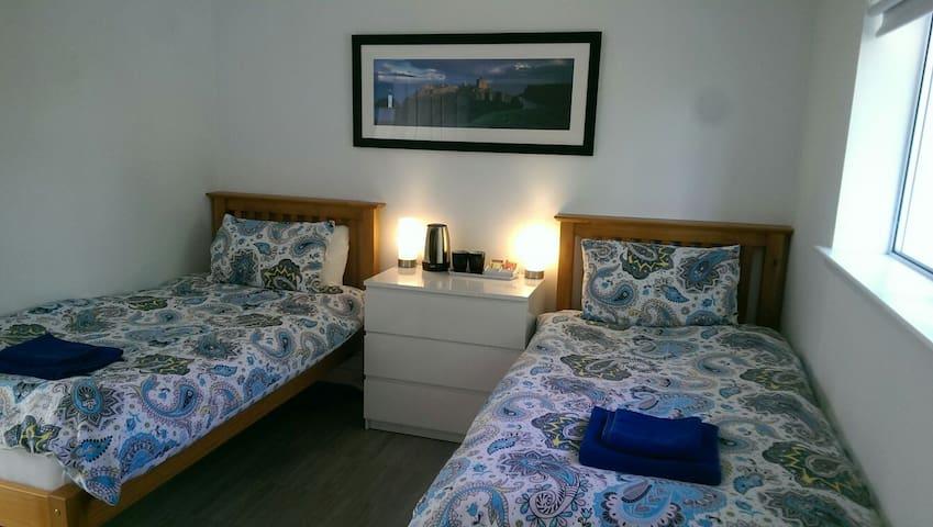 Twin Room Small En-suite near M74