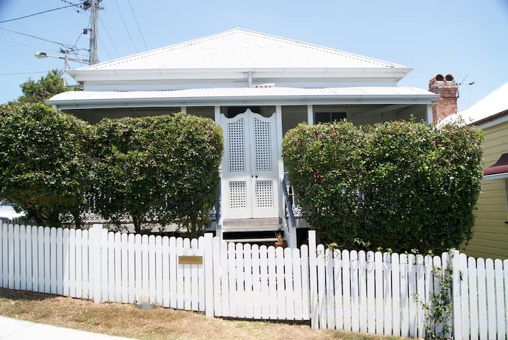 Charming 1920's Workers Cottage - Kelvin Grove - House