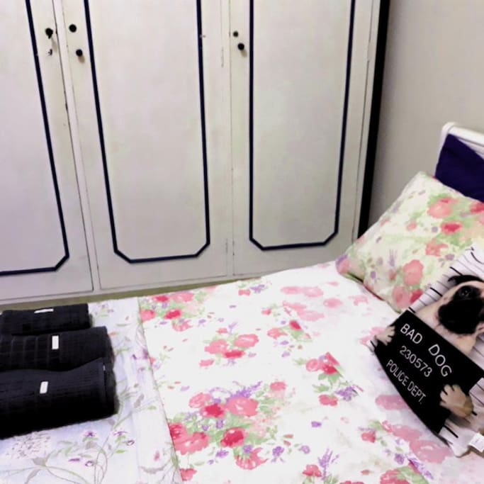 quarto com cama de casal e armário grande