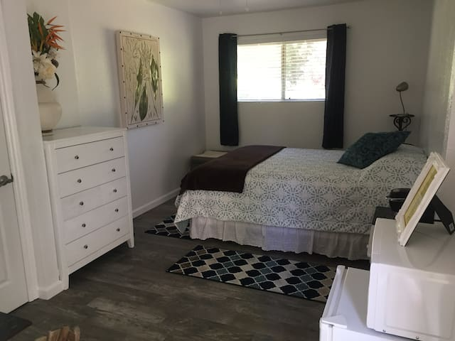 Master Suite w/ Private Entrance & Bathroom - Redding - Dom