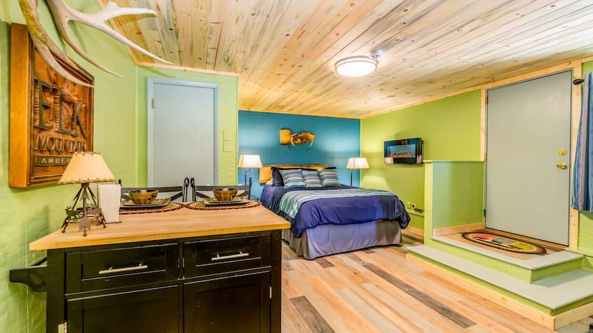 Elk Mountain Hideaway - Private 2 Guest Studio