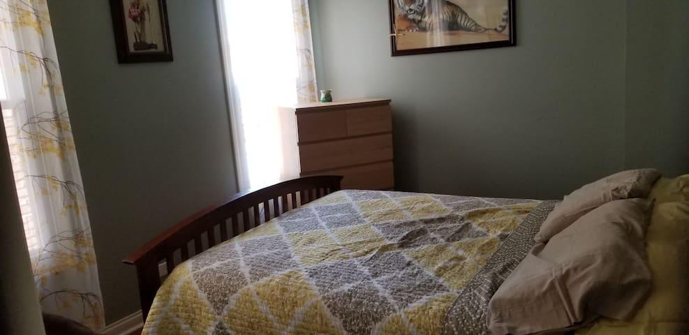 Room D (Queen size bed)