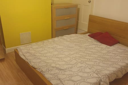 Bright double bedroom 35 minutes from City Centre - Birmingham