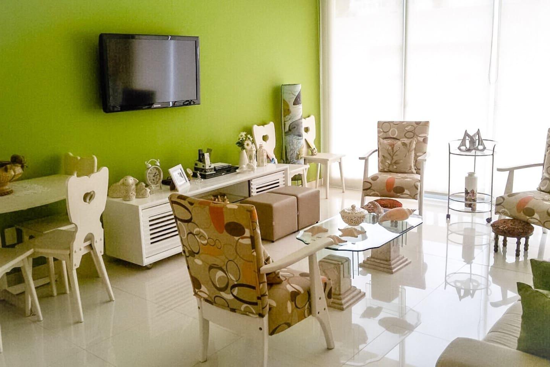 Sala de estar com TV LCD, TV a cabo, ventilador de teto e ar condicionado