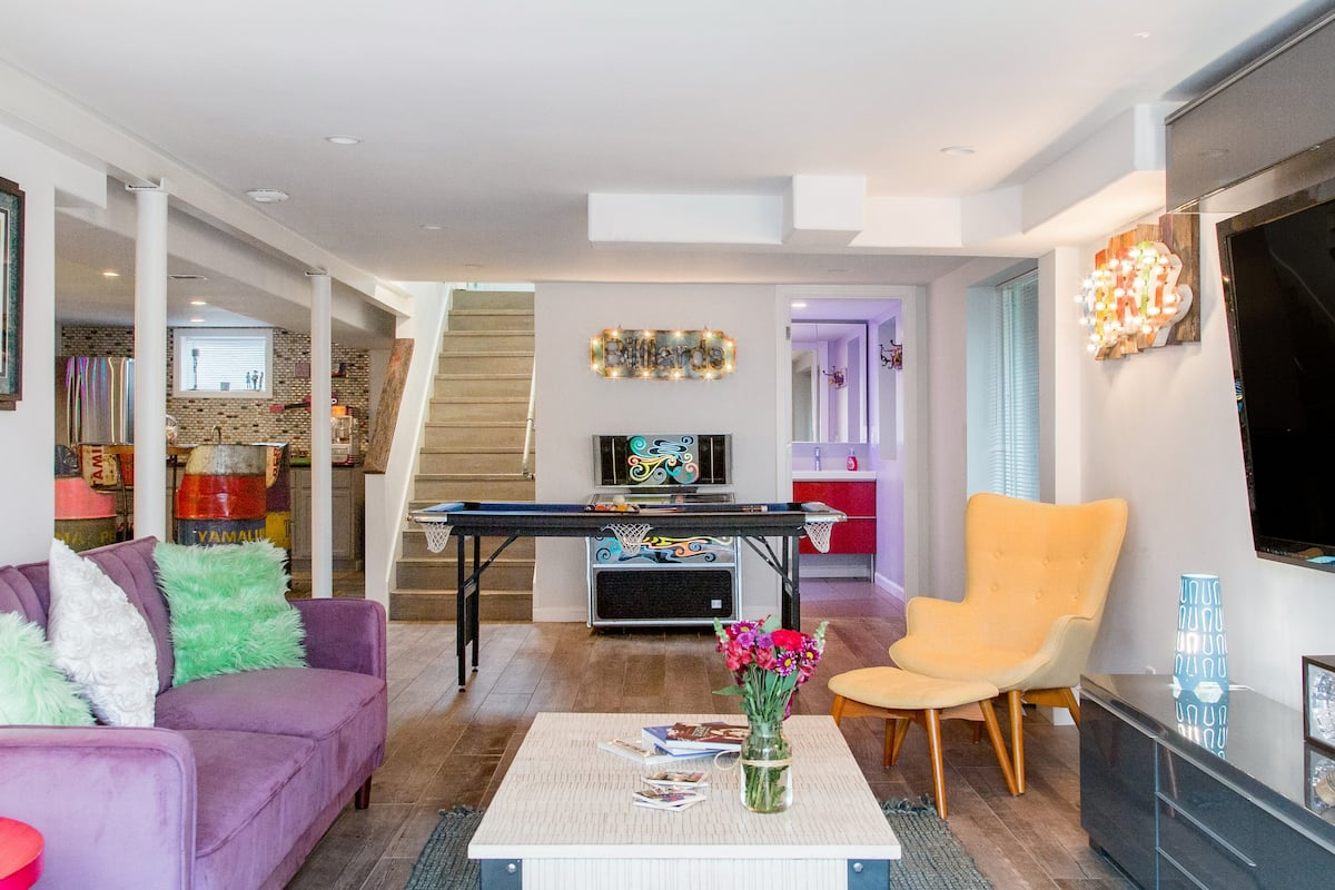 Bright and Fun Rolling Hill Retreat close to Lower Broadway