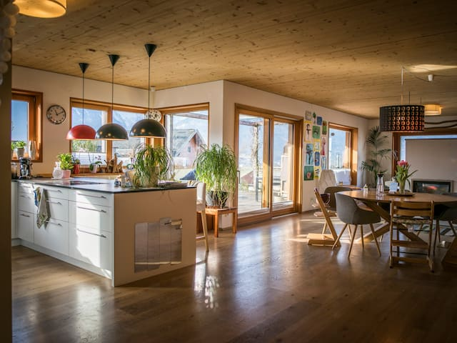 Modernes Wohnhaus zur Festspielzeit in Salzburg