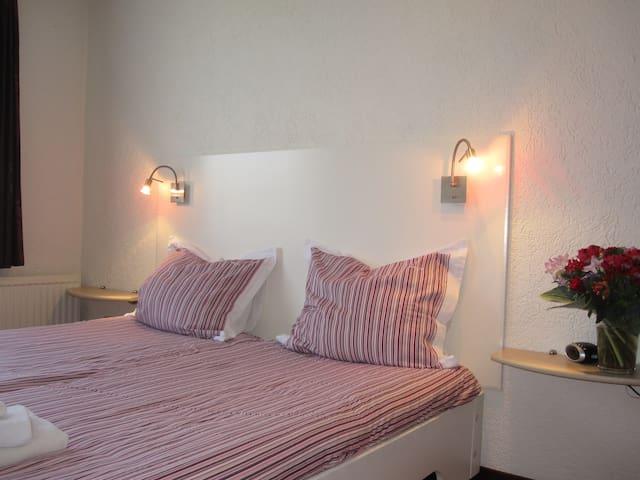 Kamer 1 in rustig gelegen villa - Bunde - ที่พักพร้อมอาหารเช้า
