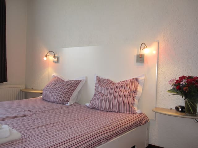 Kamer 1 in rustig gelegen villa - Bunde - Bed & Breakfast