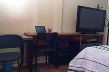 Quarto 2 com TV a cabo com + de 100 canais, DVD, Internet rápida, bancada, sapateira e mesa de apoio