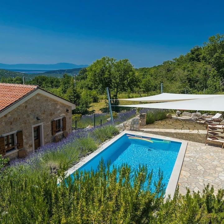 Exklusive Villa mit Garten, Pool & Kamin