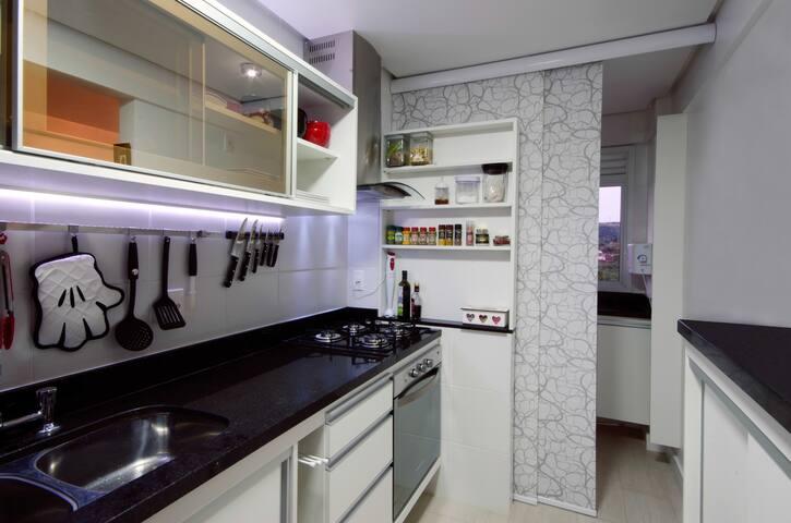 cozinha e a lavanderia com tanque