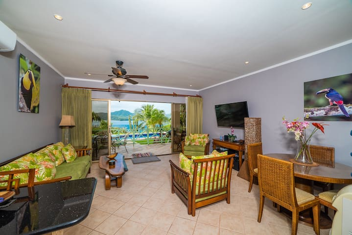Beautiful Pool OceanView 2/1 condo New Smart55' TV