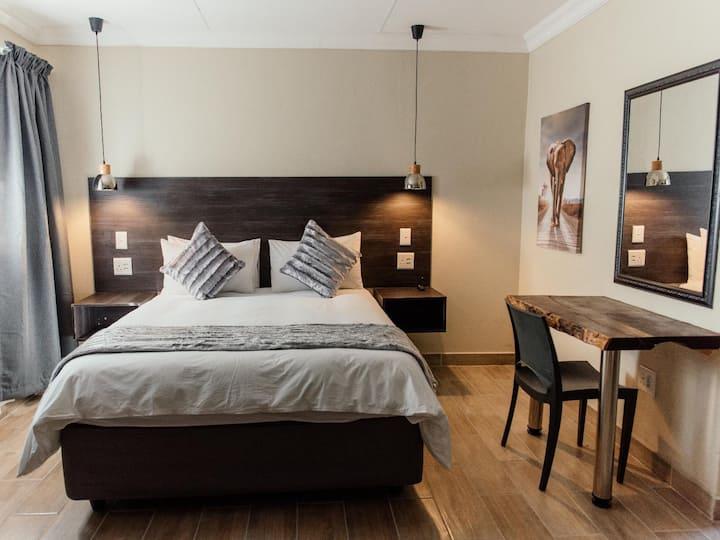 Suite 11 Queen bed