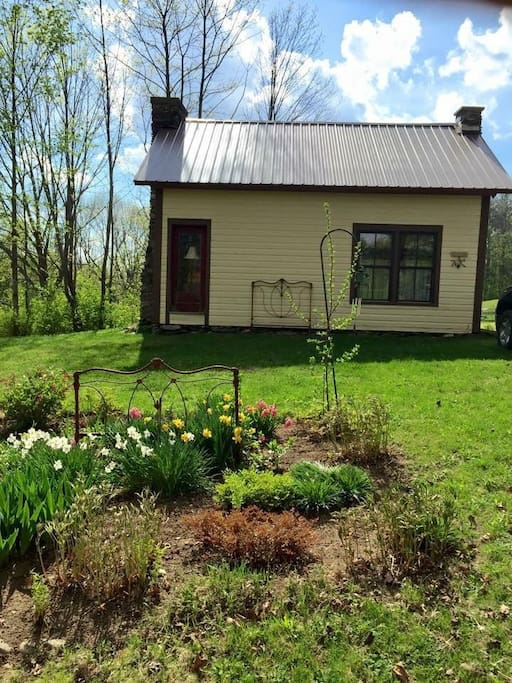 Adorable cottage on quiet dirt road in Southern Vermont.  Close drive to 4 ski resorts.