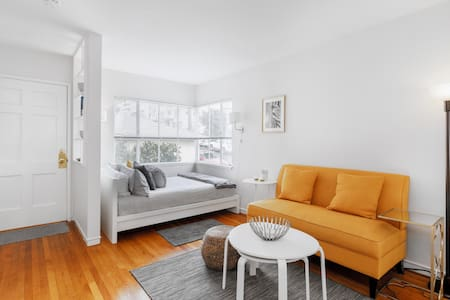 Bright Mid-Century studio near Lake Merritt
