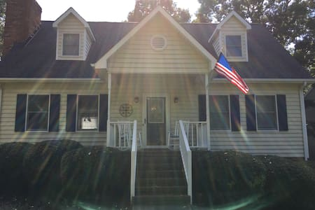 Private upstairs suite! Near downtown/highways! - Winston-Salem - Dům
