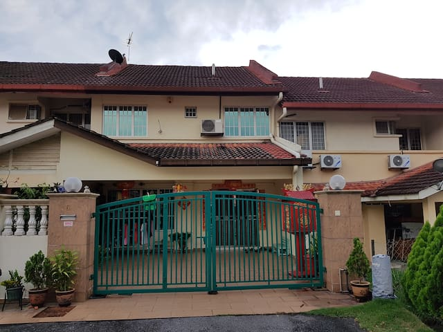 HOME STAY - Seri Kembangan - House