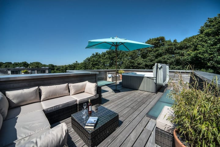 Stunning holiday home, roof top hot tub & near to beach !!!