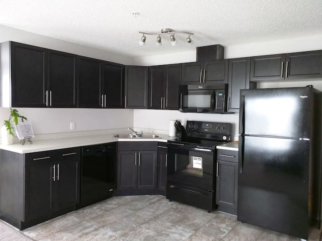 Brand New 2bed 2bath Corner Unit Steps Away to LRT - Edmonton - Daire