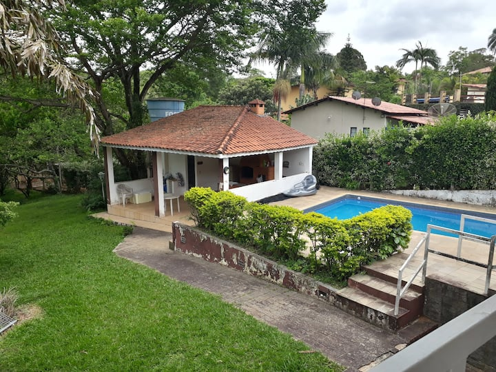 Casa com piscina, churrasqueira e lareira.