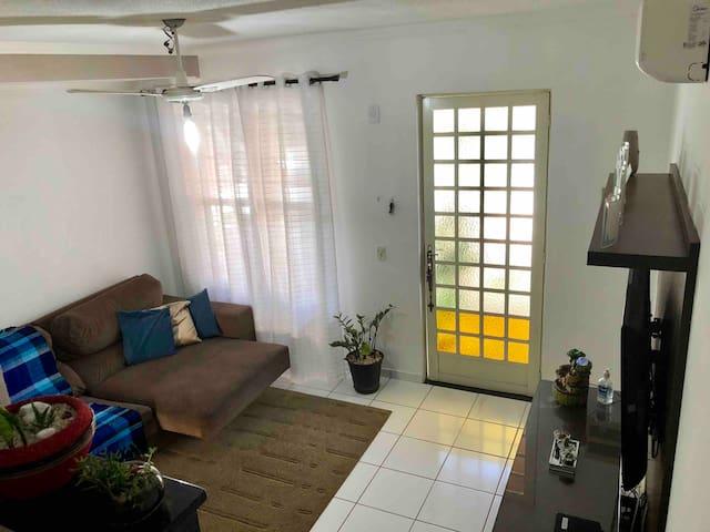 Casa em condomínio e ótima localização