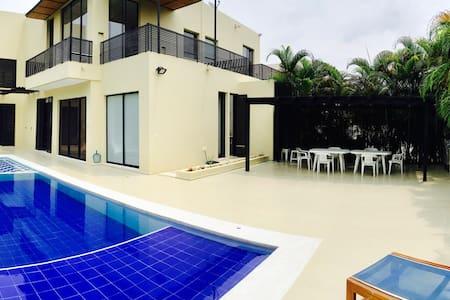 Lagos del Peñon . Casa en Giradot - Girardot - Huis