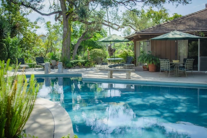 The Emerald Bungalow -Private Hilltop Home w/ Pool