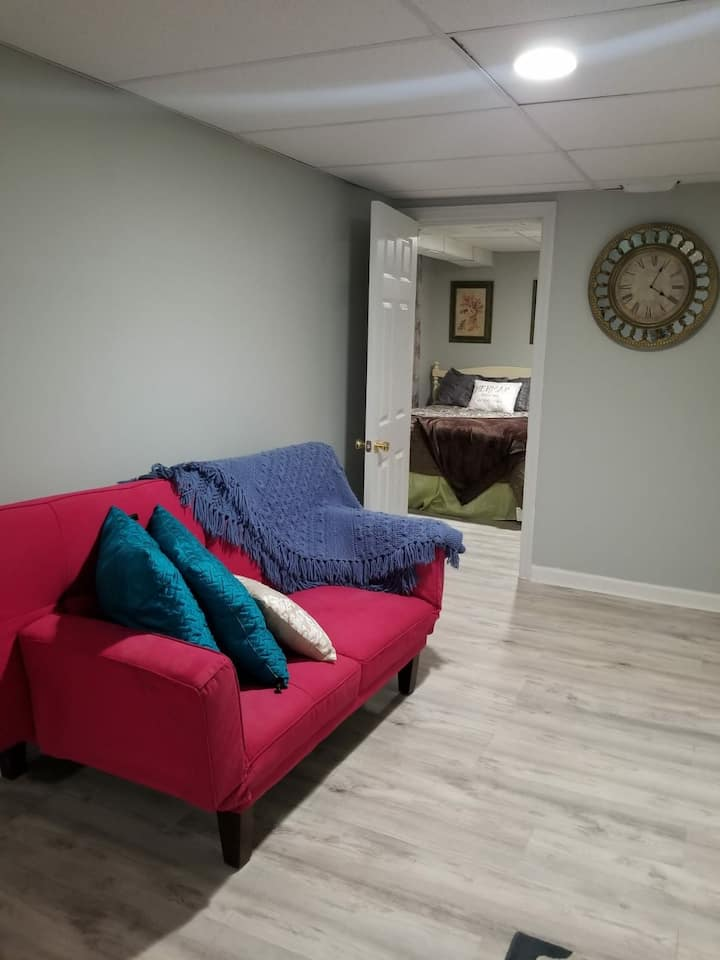 New basement studio 2 minutes from downtown Easton