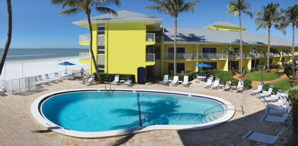ON THE BEACH! COMFY POOL VIEW UNIT, FREE PARKING