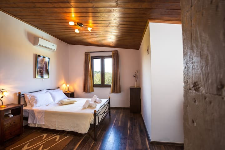Double bedroom with en-suite bathroom on the first floor